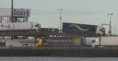 Часове преди споразумението за Брекзит: Опашки от камиони от двете страни на Ламанша