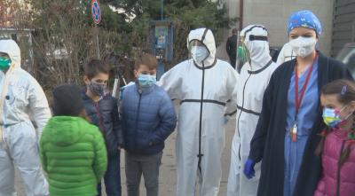 """Третокласници поднесоха подаръци и картички на медиците в """"Александровска"""""""