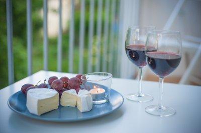 Мозъкът обича вино и сирене