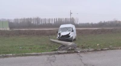 Пиян шофьор се блъсна в стълб и остави 7 села без ток в Димитровградско