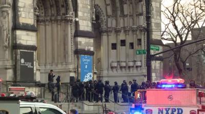 Полицията в Ню Йорк застреля въоръжен мъж пред църква