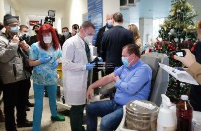 Председателят на БЛС д-р Иван Маджаров е първият ваксиниран медик в Пловдив