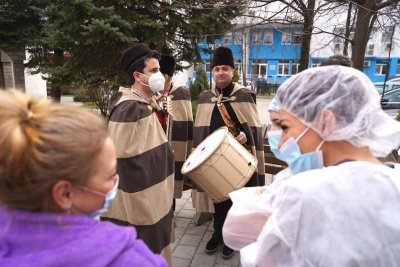 """Ансамбъл """"Филип Кутев"""" изненада лекарите от """"Пирогов"""" навръх Коледа"""