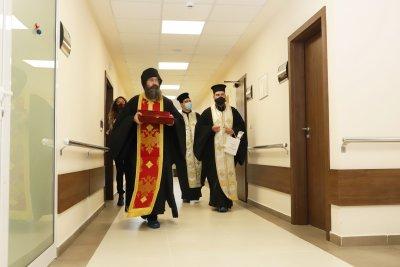 """Свещеници благословиха медици и пациенти в ковид отделенията на ВМА и """"Пирогов"""""""