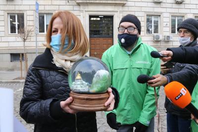 """""""Грийнпийс"""" с необичаен коледен подарък за столичния кмет, за да напомнят за проблема с мръсния въздух"""