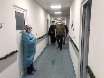 Здравният министър проф. Ангелов е първият ваксиниран срещу COVID-19 в България
