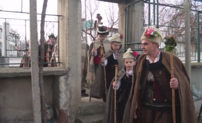 Коледарите в село Климент спазиха традицията въпреки пандемията