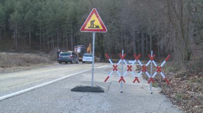 Кално свлачище край Петрич затвори пътя към четири села