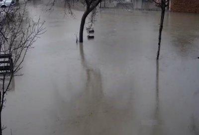 Преля реката на село Петърч, улиците са под вода