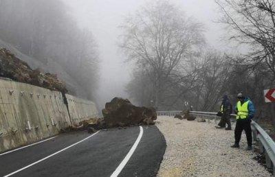 Пътят за Рилския манастир остава затворен и днес
