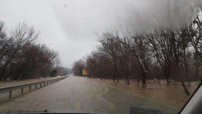 Частично бедствено положение в с. Равадиново. Затвориха пътя Бургас - Созопол