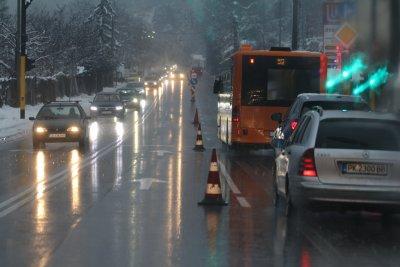 Засилен трафик към София, лошото време затруднява движението