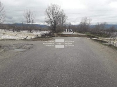 Река Места отнесе пътя между град Хаджидимово и село Блатска