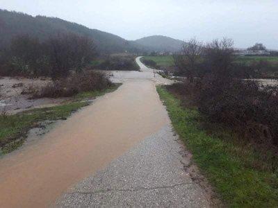 Пороят затвори пътища в Ивайловградско