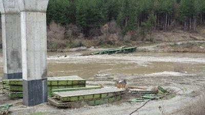 Река Струма отнесе понтонен мост край Благоевград