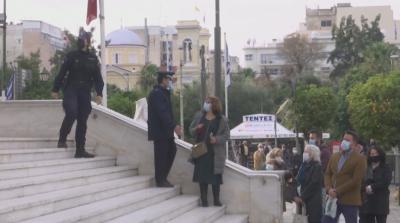 Богоявление в Гърция: Дълги опашки пред църквите, скромни церемонии за хвърляне на кръст
