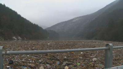 Утре ще започне разчистването на плаващото сметище край Своге