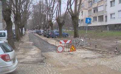 Асфалтират улица в София, докато вали дъжд
