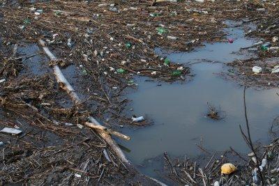 Кой и кога ще почисти плаващото сметище край ВЕЦ-Своге