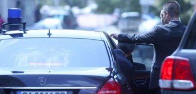 Пътен инцидент между кола на НСО и тролей в центъра на София