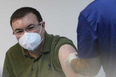 НА ЖИВО: Здравният министър се реимунизира с втората доза от ваксината срещу коронавирус