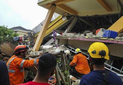 Десетки загинали след земетресението в Индонезия