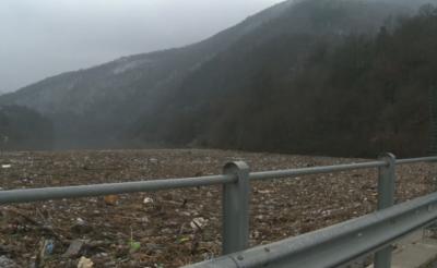 Плаващо сметище в река Искър след проливните дъждове
