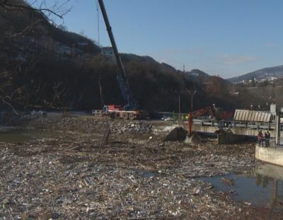 Студът затруднява почистването на плаващото сметище в река Искър