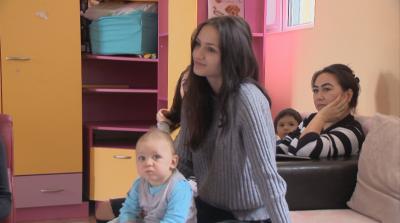 """Принуждават тийнейджърки да изоставят бебетата си, център """"Майка и дете"""" помага на момичетата"""