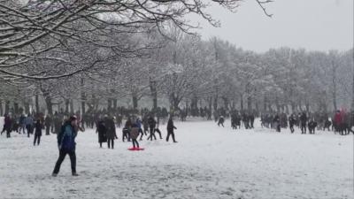 Масов бой със снежни топки в Лийдс, въпреки строгите мерки
