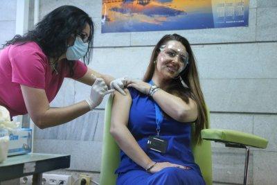 """Имунизацията с """"Модерна"""" вече е в ход. За кого са първите 100 дози"""