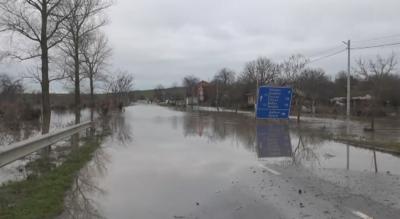 Пътят Царево - Резово е затворен. В Дебелт евакуираха хора заради наводнени къщи
