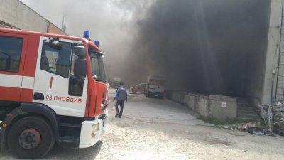 Пожар изпепели покрива на бивше заведение в Пловдив