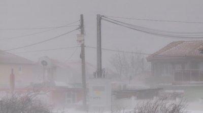 Усложнена зимна обстановка във Варненско: Закъсали автомобили и села без ток