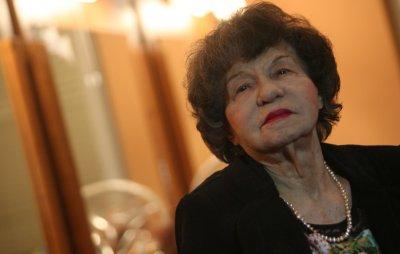 Възстановиха поруганата паметна плоча на Стоянка Мутафова