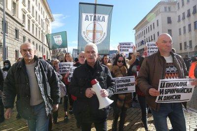 """От """"Атака"""" протестираха пред ЦИК срещу заличаването им от коалицията """"Обединени патриоти"""""""