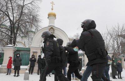 Стотици задържани на протестите за Навални в Русия