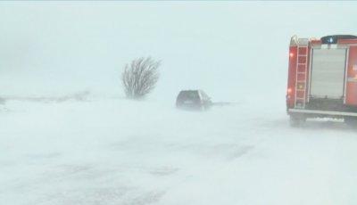 Усложнена зимна обстановка в страната: Затворени пътища и села без ток