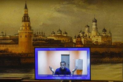 Навални остава в ареста