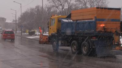 Екип на БНТ в снегорин: Как се чистят малките улички на София