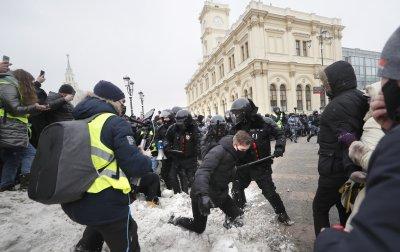 Над 3000 души са задържани на протестите в подкрепа на Навални (СНИМКИ)