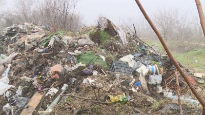Още не е разчистено незаконното сметище в Русе, камионите затъват в калта
