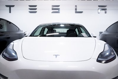 """""""Тесла"""" инвестира 1,5 млрд. долара в биткойни"""