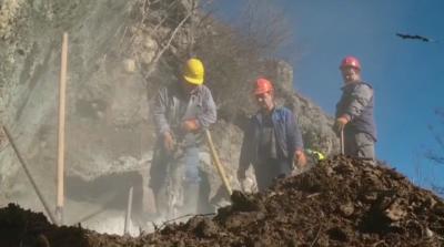 Обезопасяват опасните участъци от срутището в Дряново