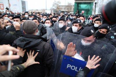 300 арестувани на студентски протести в Турция