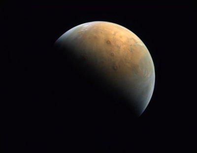 Сондата на ОАЕ изпрати първото си изображение на Марс