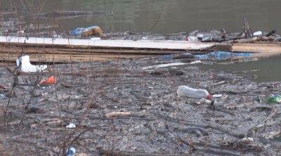 Отпадъци и в коритото на река Струма