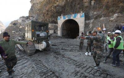 Издирват 35 работници в тунел след срутването на хималайски ледник