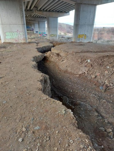 """Огромен ров под колоните на магистрала """"Струма"""" край Мало Бучино (СНИМКИ)"""