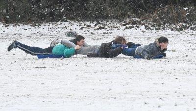 Студ скова Великобритания, но снегът изведе навън хора и животни (Снимки)